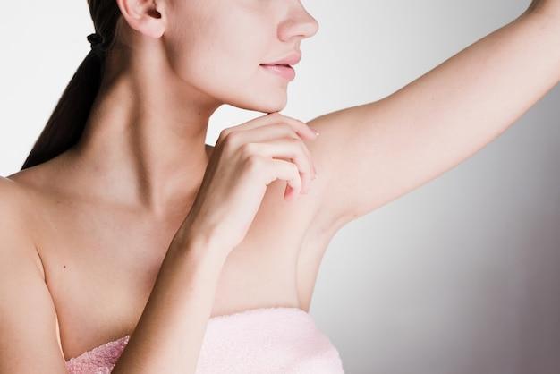 Menina após o banho mostra suas axilas sem cabelo