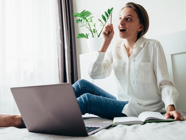 Menina aprende, trabalha, se desenvolve on-line enquanto está sentado em casa