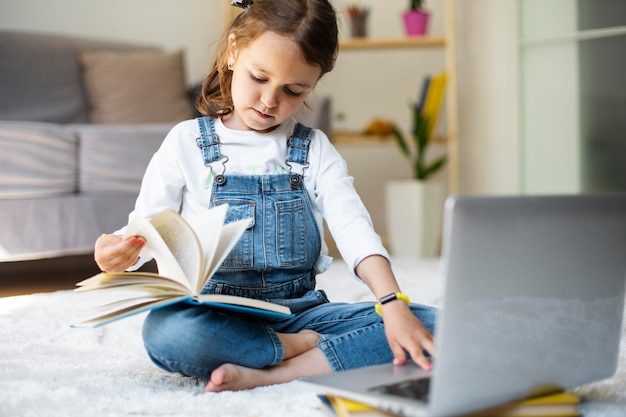 Menina aprendendo a ler