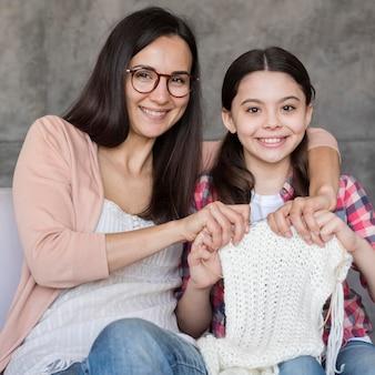 Menina aprendendo a tecer
