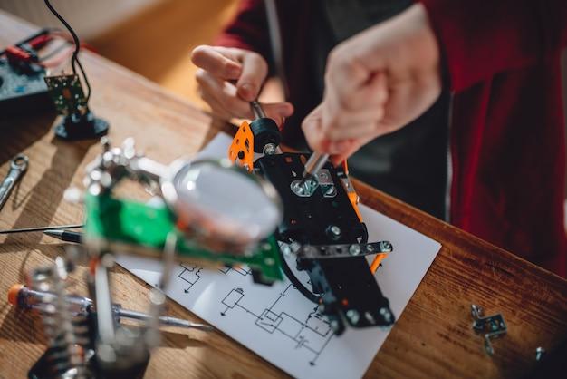 Menina aprendendo robótica