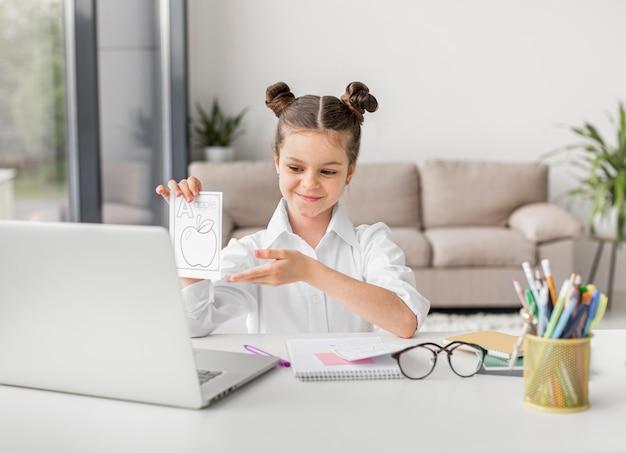 Menina apresentando lição de casa para seu professor