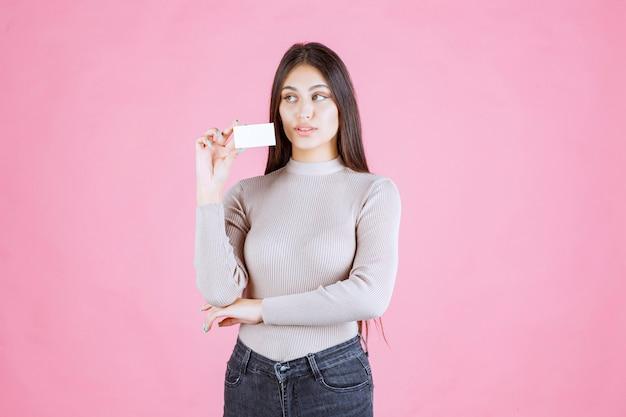 Menina apresentando seu cartão de visita a um parceiro de negócios
