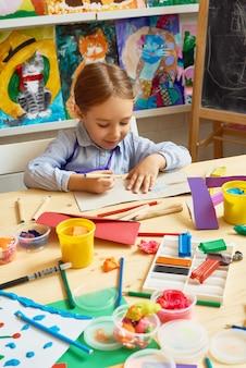 Menina, aproveitando a aula de arte