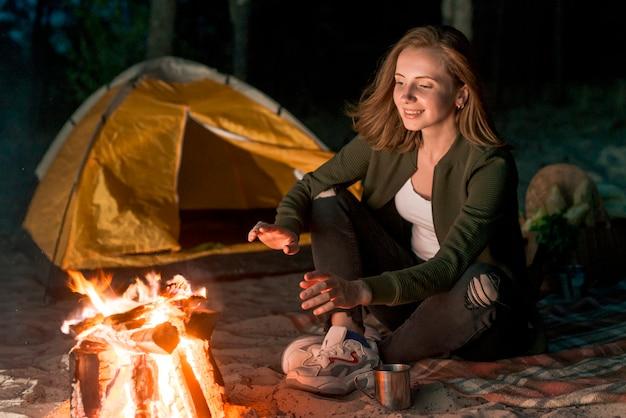 Menina, aquecer, por, um, campfire