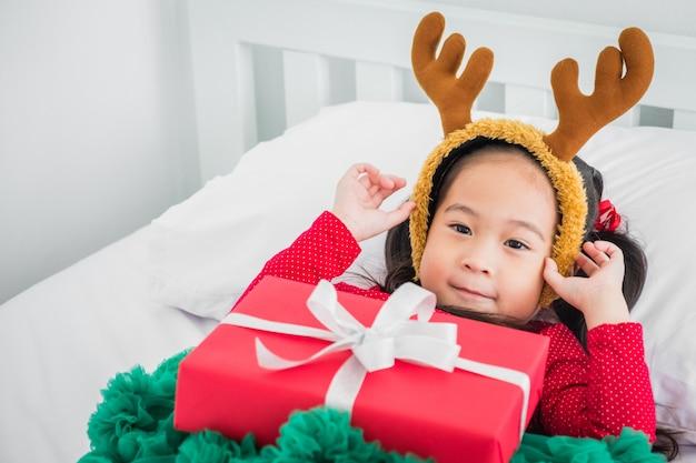 Menina, ásia, desfrute, sorria, dela, presentes festa natal, ano novo feliz, comemore