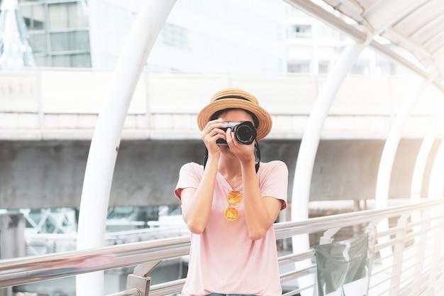 Menina asiática bonita que está na cidade.