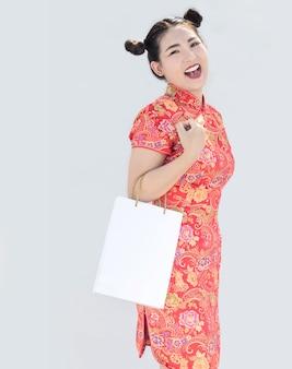 Menina asiática chinesa comprando no fundo