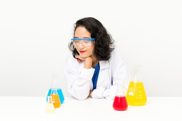 Menina asiática científica nova