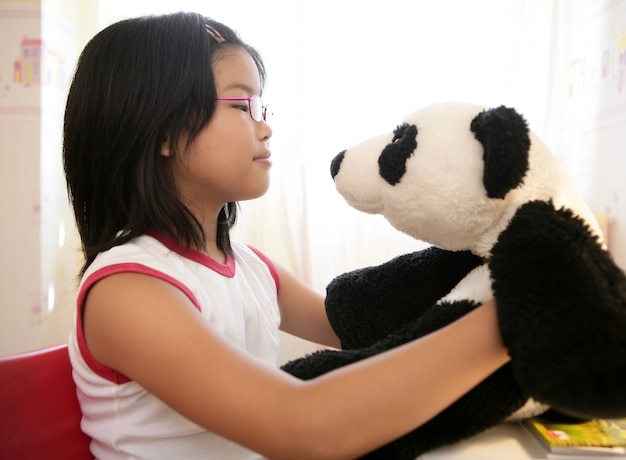 Menina asiática, com, dela, panda, urso teddy