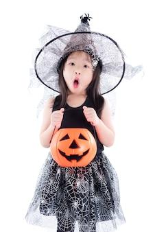 Menina asiática com fantasia de bruxa para o balde de exploração de halloween
