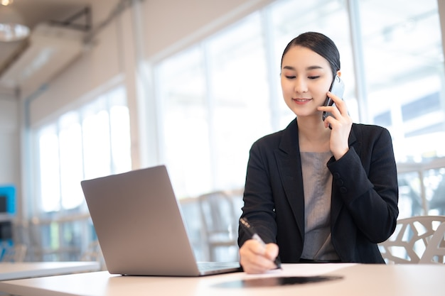 Menina asiática com laptop, pose de feliz sucesso.