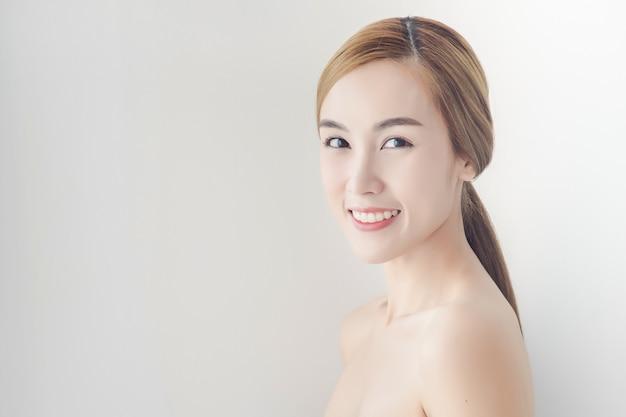 Menina asiática com maquiagem nude e ombros nus posando