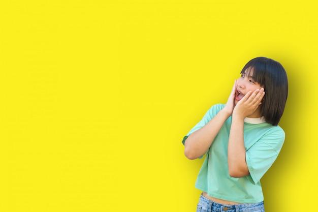 Menina asiática com medo de algo
