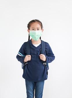 Menina asiática com mochila e máscara facial