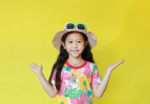 Menina asiática com um vestido de verão