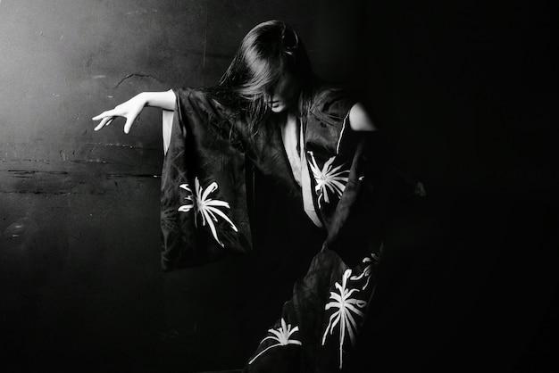 Menina asiática dançando em preto e branco