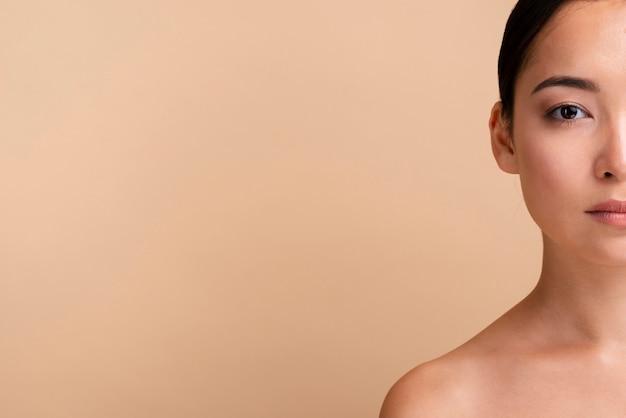 Menina asiática de close-up posando com cópia-espaço