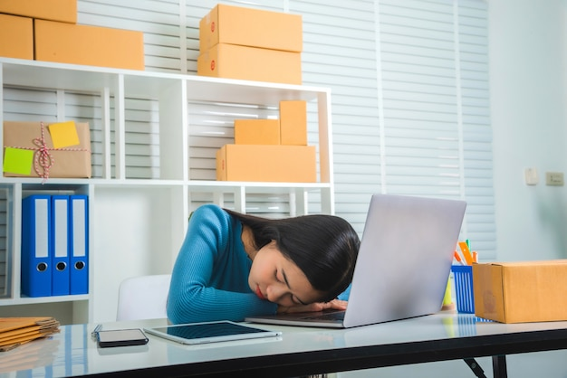 Menina asiática de negócios pme, sentindo-se triste e stress.