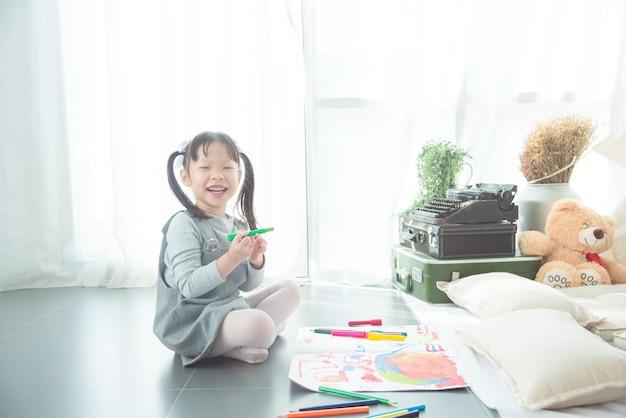 Menina asiática desenho imagem por lápis e lápis no chão em casa