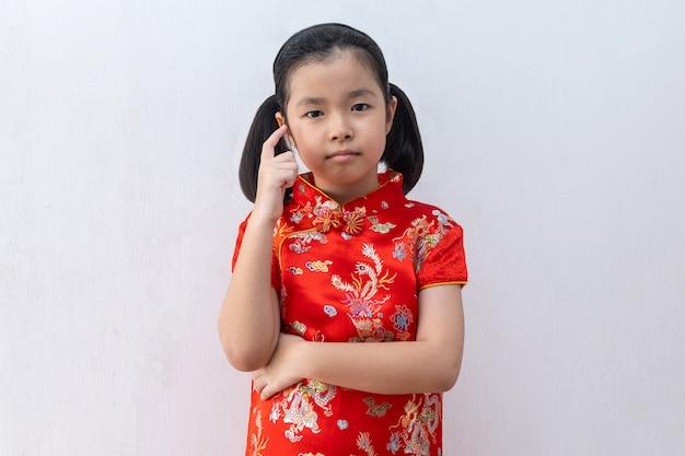 Menina asiática, desgaste, cheongsam, pensando