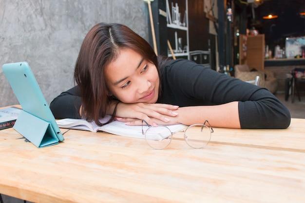 Menina asiática do adolescente que relaxa