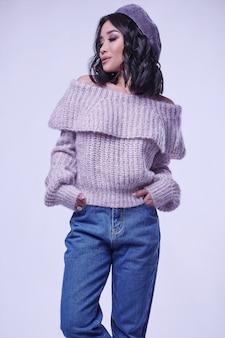 Menina asiática encantadora bonita camisola roxa na brilhante