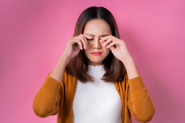 Menina asiática está chorando