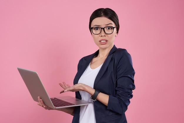 Menina asiática está posando com laptop
