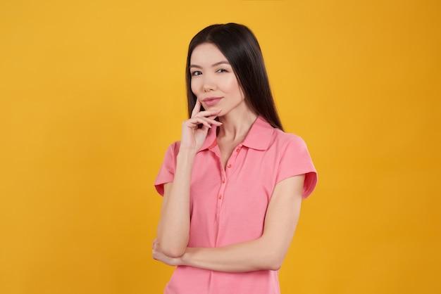 Menina asiática está posando pensativo isolado