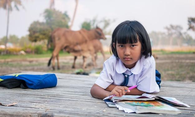 Menina asiática estudante no campo