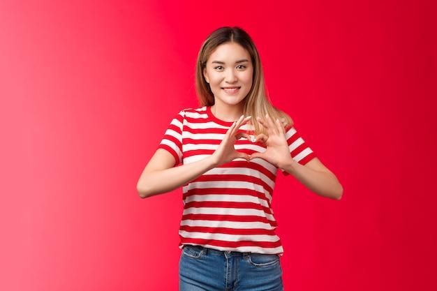Menina asiática expressar amor e apoio comunidade lgbtq comovente doce concurso feminino loira mostrar ouvir ...