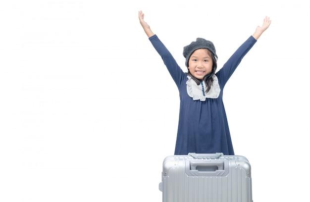 Menina asiática feliz com bagagem isolada no branco
