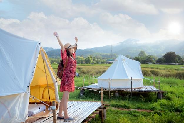Menina asiática feliz na casa de campo