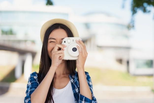 Menina asiática feliz tira foto memórias de verão.