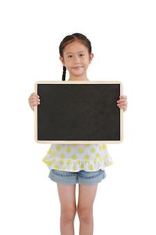 Menina asiática fofa mostrando uma lousa em branco isolada no fundo branco