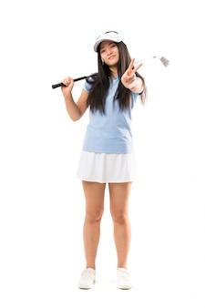 Menina asiática jovem golfista sorrindo e mostrando sinal de vitória
