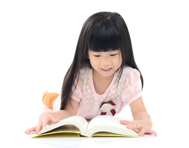 Menina asiática lendo no chão