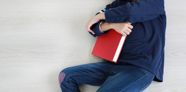 Menina asiática lendo um livro