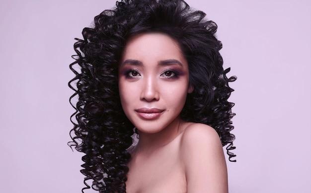 Menina asiática linda sensual com penteado encaracolado