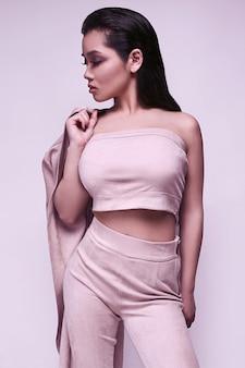 Menina asiática linda sensual em vestido rosa brilhante