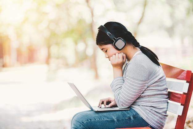 Menina asiática localização e ouvir música