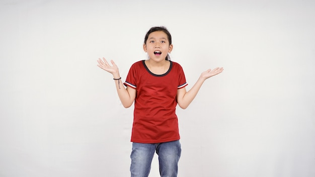 Menina asiática mostrando expressão de surpresa isolada no fundo branco