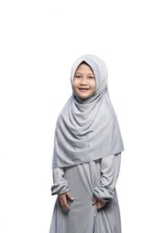 Menina asiática muçulmana no véu com pé de sorriso