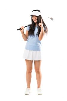 Menina asiática nova do jogador de golfe sobre a parede branca isolada que aponta acima uma grande ideia