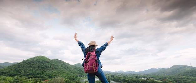 Menina asiática nova feliz no parque nacional de kang kra chan tailândia