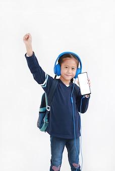 Menina asiática ouvindo música em fones de ouvido