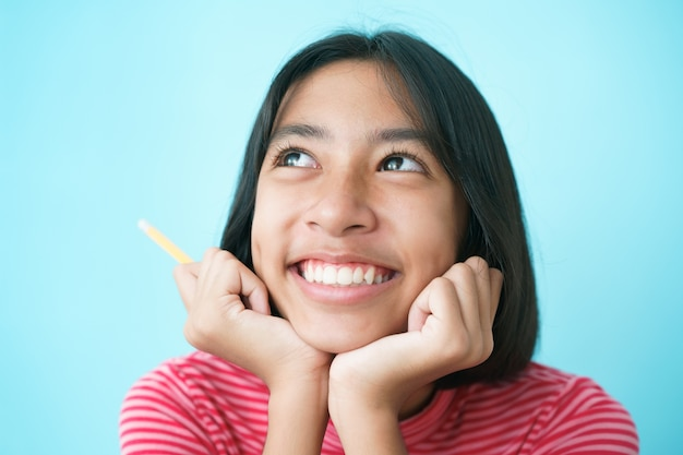 Menina asiática pensando e sorrindo