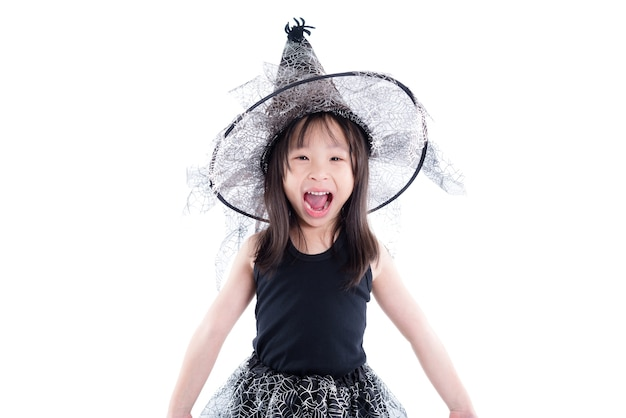 Menina asiática pequena vestindo fantasia de bruxa para o halloween isolado sobre fundo branco