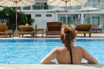 Menina asiática piscina